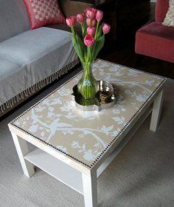 τραπέζι με ταπετσαρία τοίχου