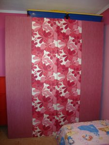 ταπετσαρία τοίχου φλοράλ με μονόχρωμο